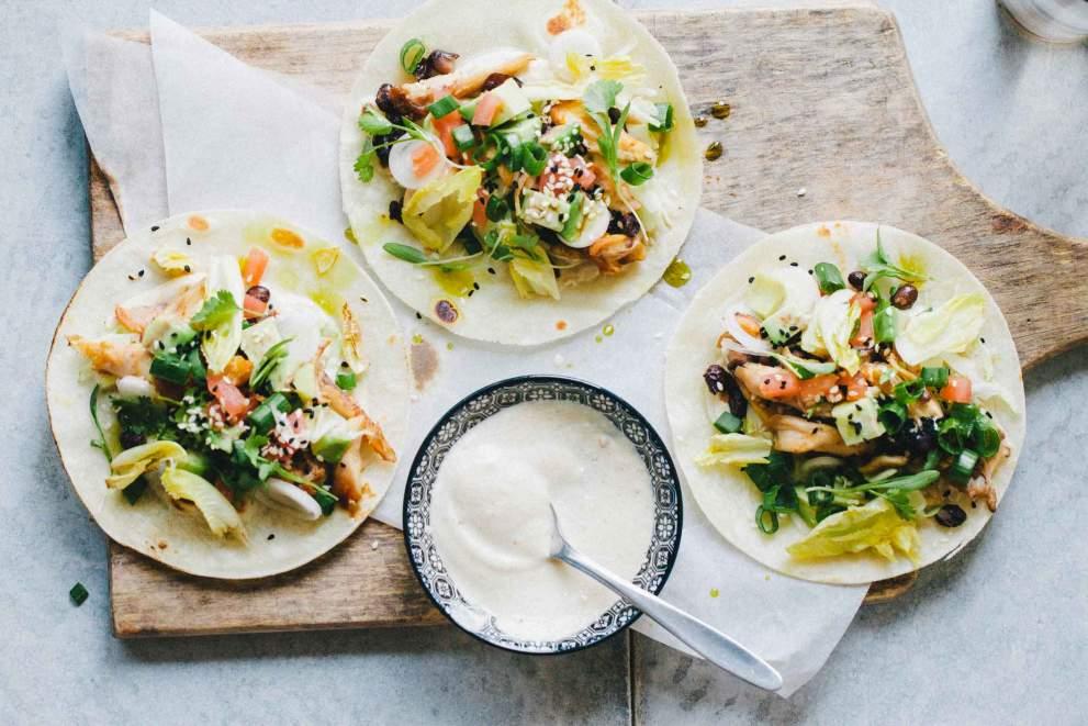 Tacosi s pikantnimi perutničkami in svežo salso
