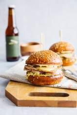 Domači burger s pečenko, majonezo in kislim zeljem