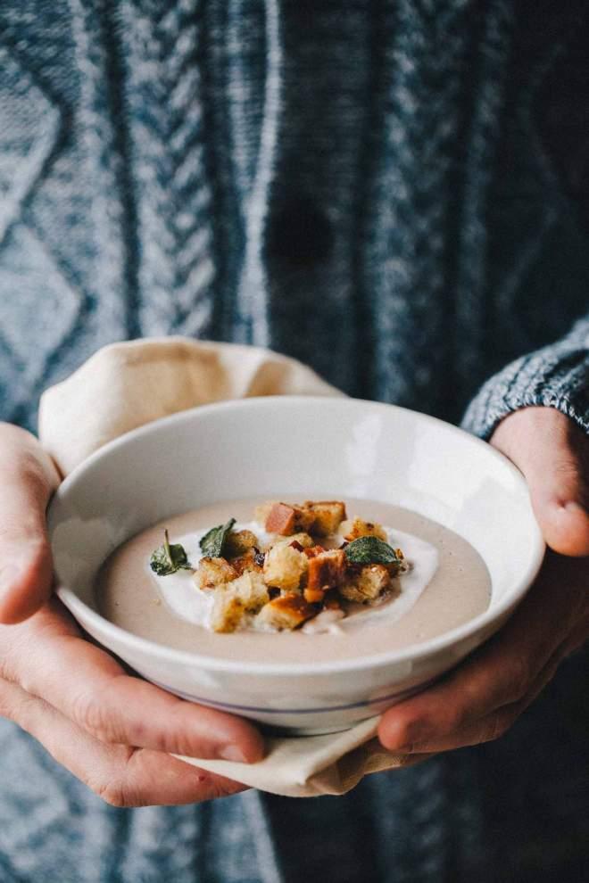 Fižolova juha s hrustljavimi krutoni v skodelicah