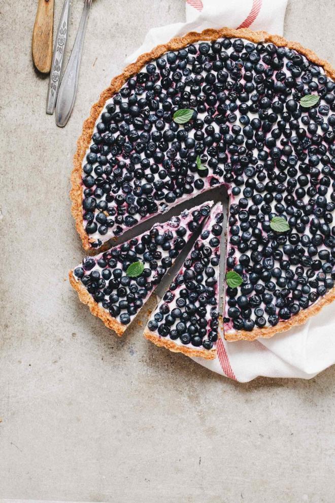 Domača borovničeva pita z lahko jogurtovo kremo