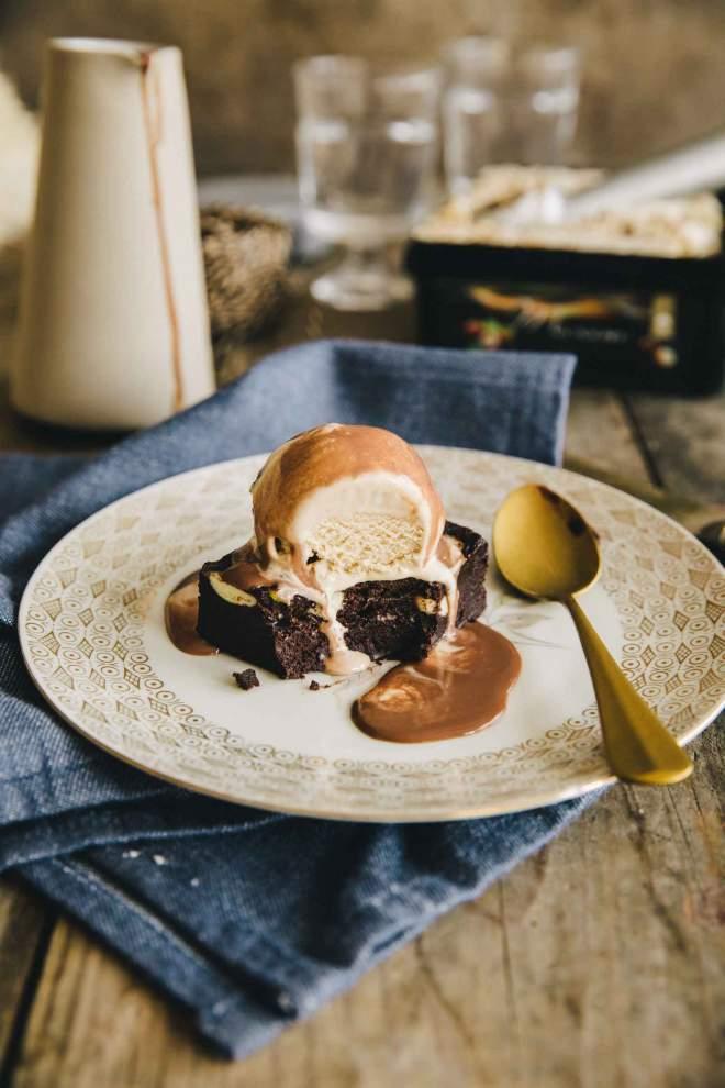 Čokoladni Browniji z lešnikovim sladoledom | jernejkitchen.com