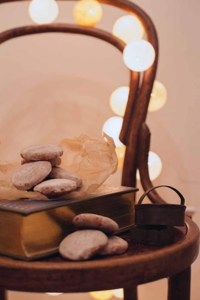 Božični medenjaki z glazuro na stolu