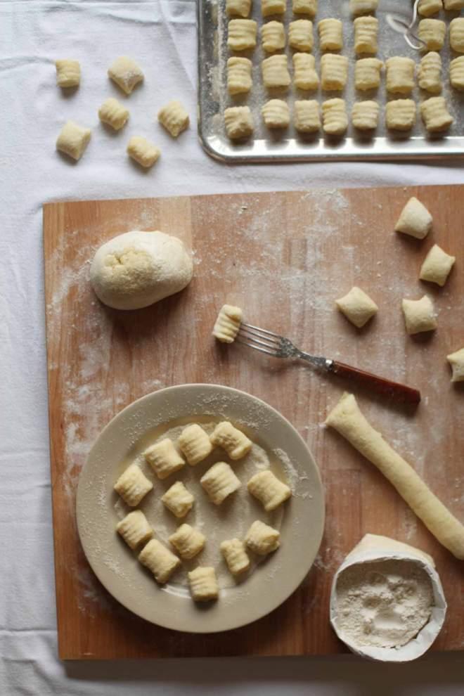 Enostavni domači krompirjevi njoki narejeni doma