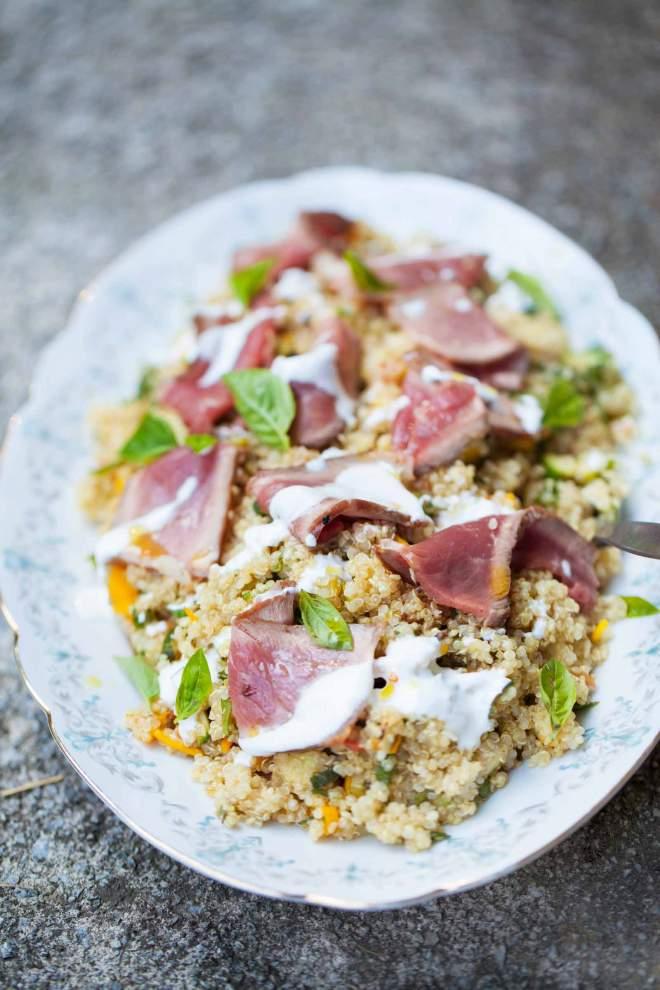 Kvinoja z vrtno zelenjavo in govedino servirana na krožniku