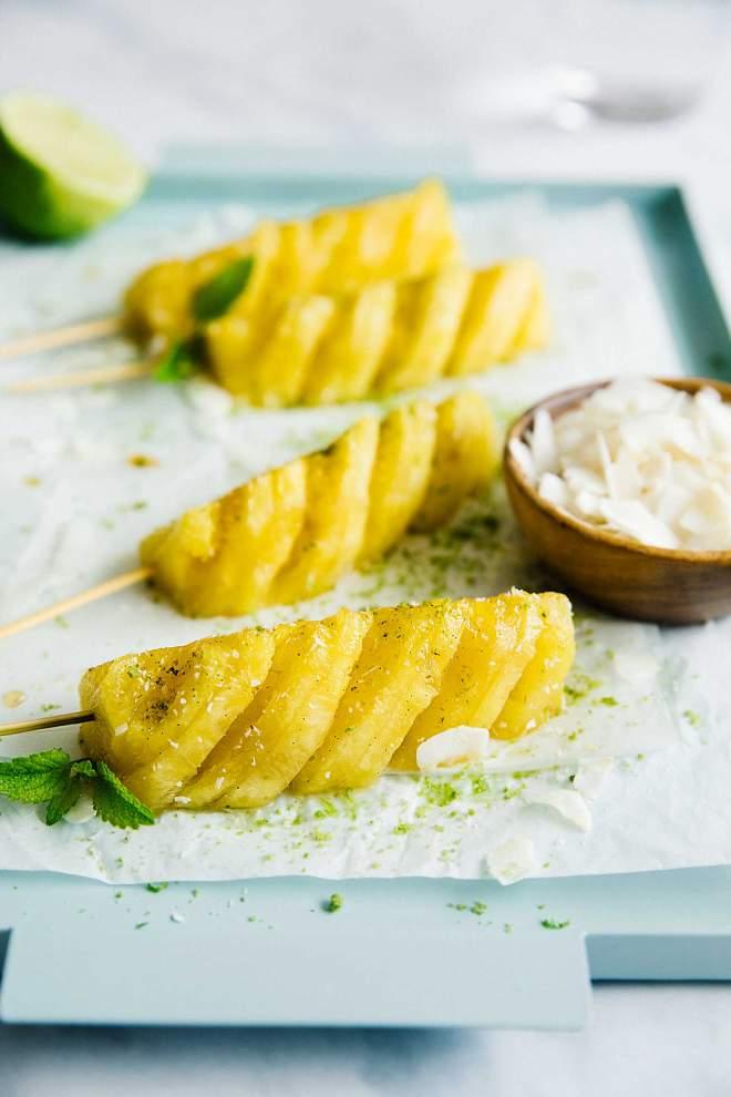 Pečen ananas z meto in kokosom