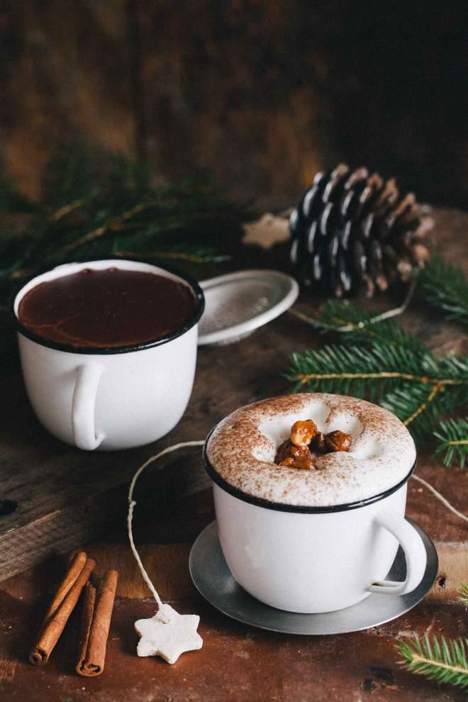 Vroča čokolada s karameliziranimi lešniki in spenjenim mlekom