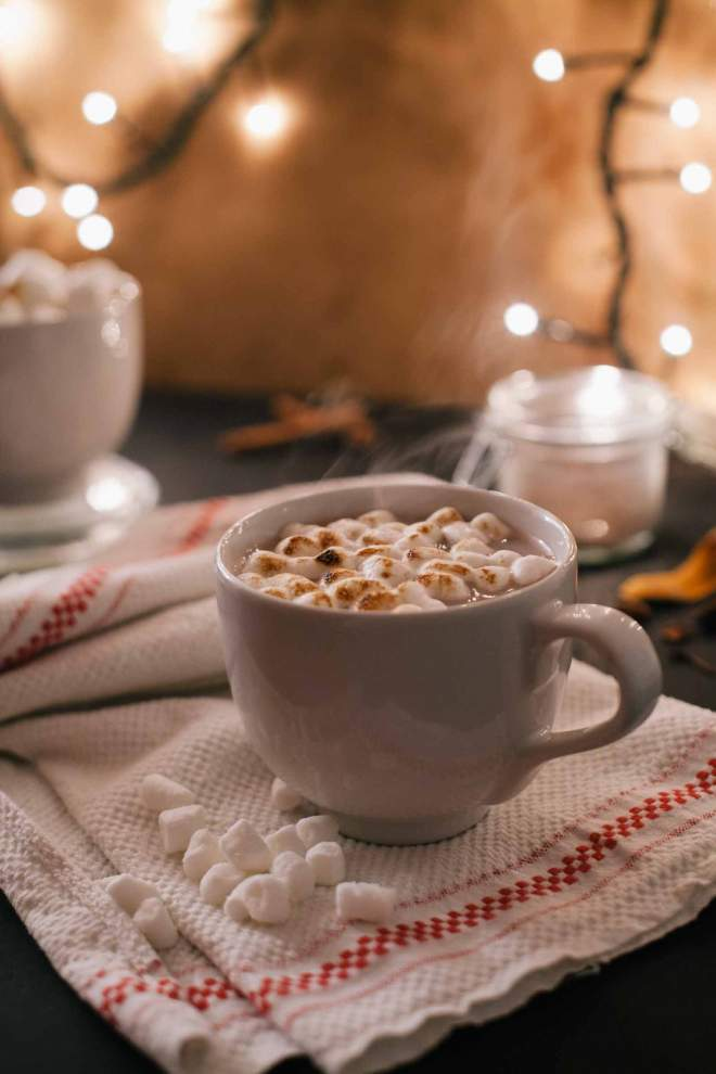 Mehki mali Marshmallows postreženi z vročim kakavom