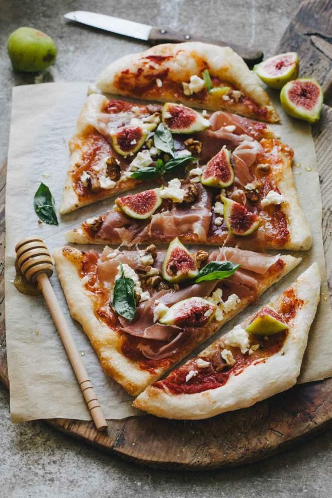 Pica s figami, pršutom in feta sirom