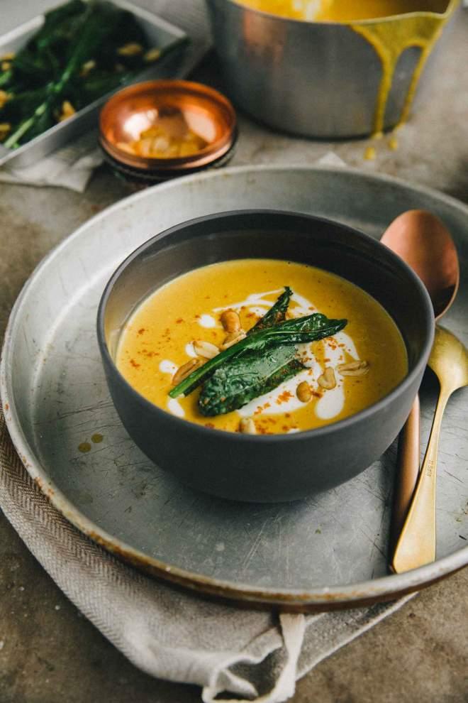 Bučna juha s popečenimi arašidi in ohrovtom
