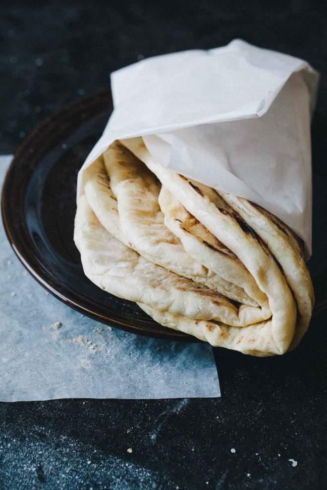 Kruhek pečen v ponvi serviran na krožniku