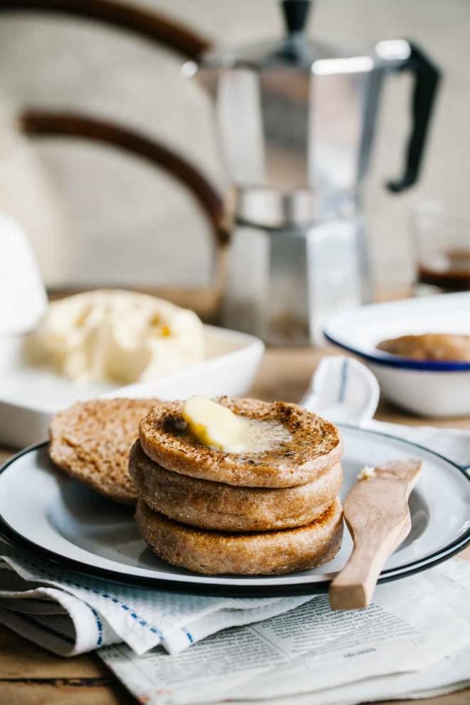 Pirini angleški kruhki namazani z maslom