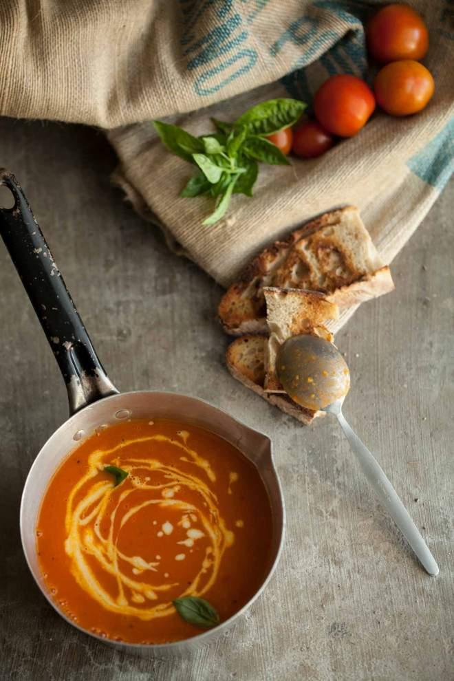 paradižnikova juha s česnovo kremo v kozici