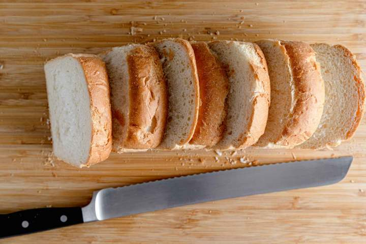Rezanje kruha za Pohane šnite (ocvrti kruh)