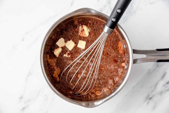 Dodajanje masla k čokoladnemu pudingu med kuhanjem