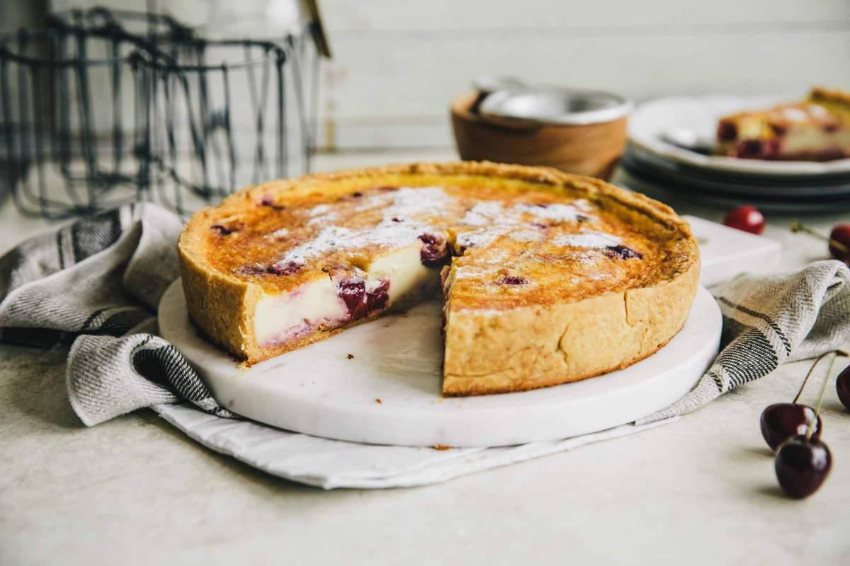 Češnjeva pita z mlečno kremo