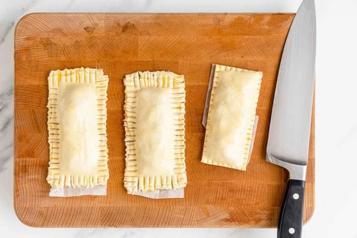 Najboljša ocvrta jabolčna pita - rezanje robov