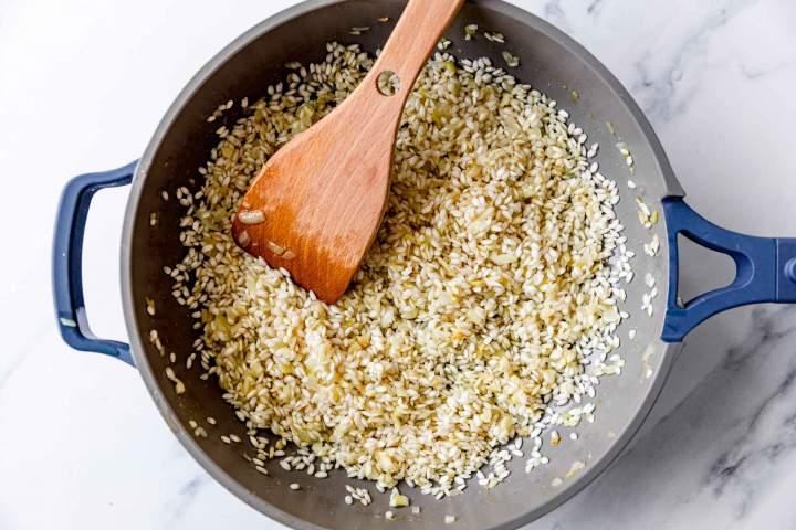 Rižota z morskimi sadeži - praženje riža