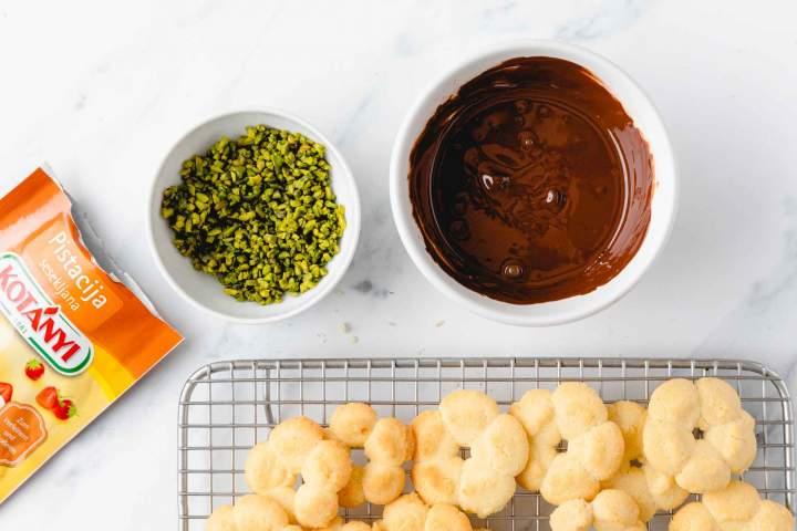 Oblivanje brizganih piškotov s čokolado