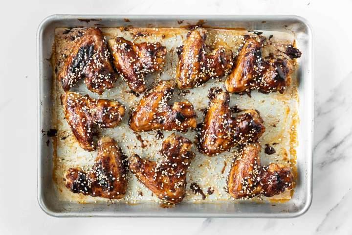 Lepljive perutničke pečene v pečici s sezamom