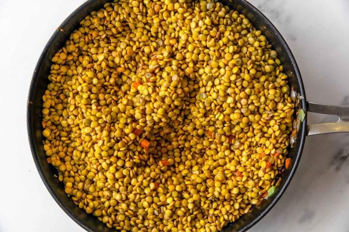 Lečin bolognese - priprava zelenjave in začimb