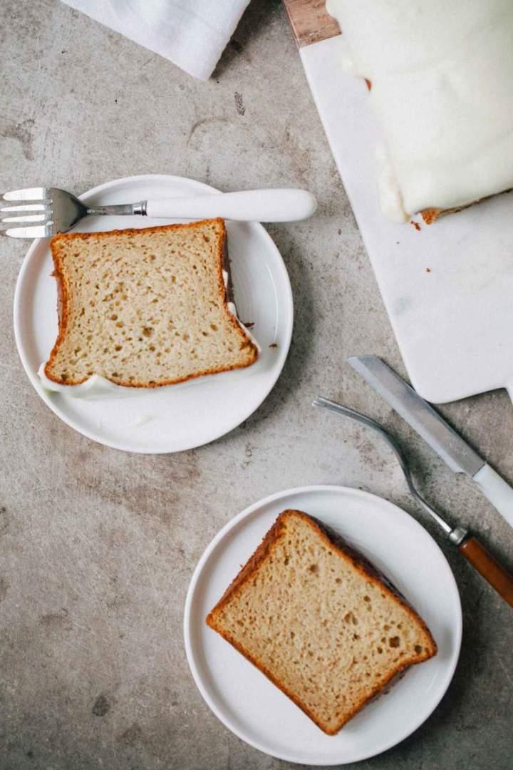 Bananin kruh z belo čokolado in kremnim sirom