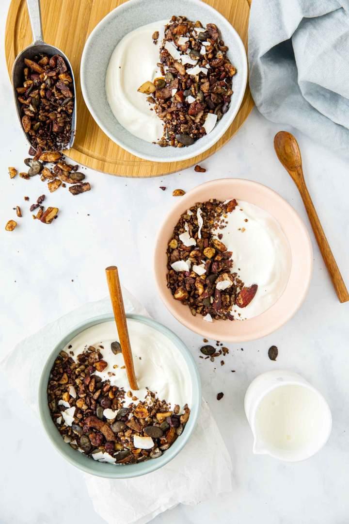 Domača granola z jogurtom