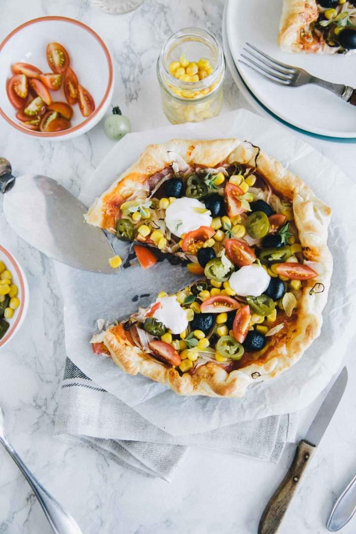 Pica s pekočo klobaso, koruzo in paradižnikom