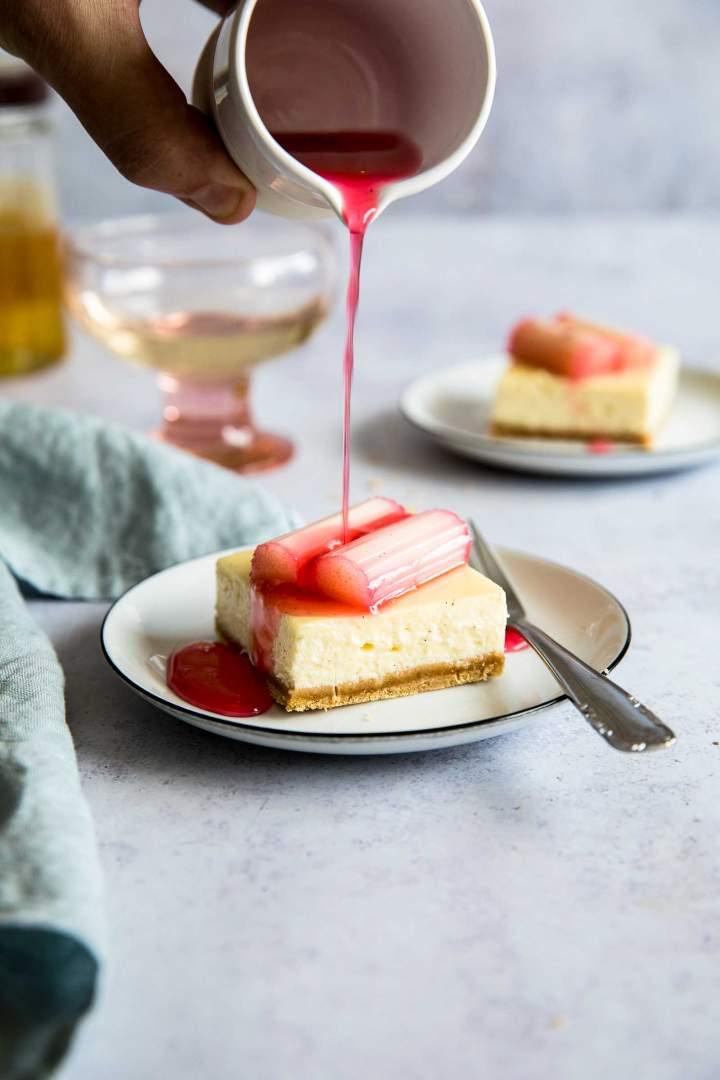 Cheesecake kocke z rabarbaro