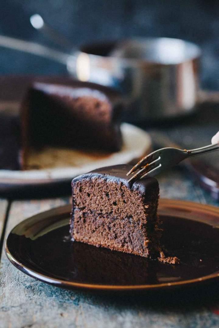 Sacher torta oblita s čokolado in narezana na kose