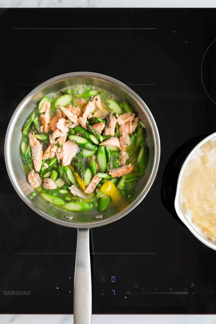 Kuhanje omake z lososom, šparglji in grahom