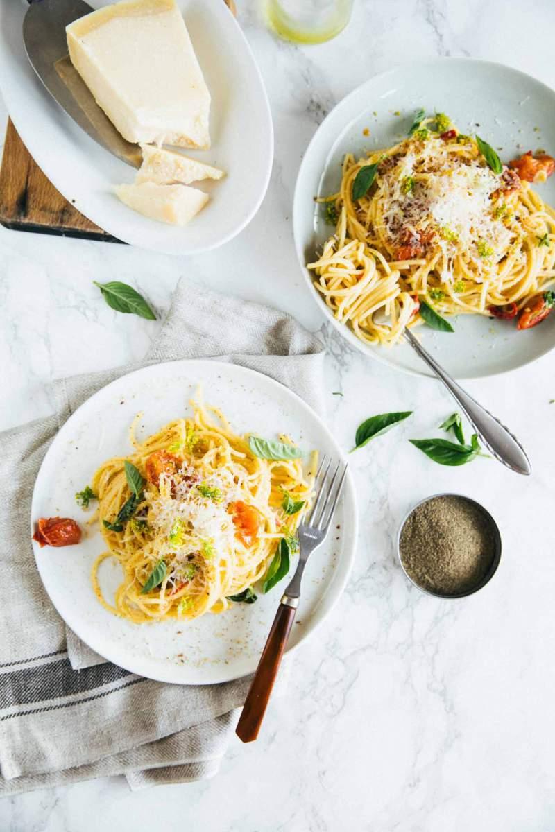 Špageti s pečenimi paradižniki in česnom
