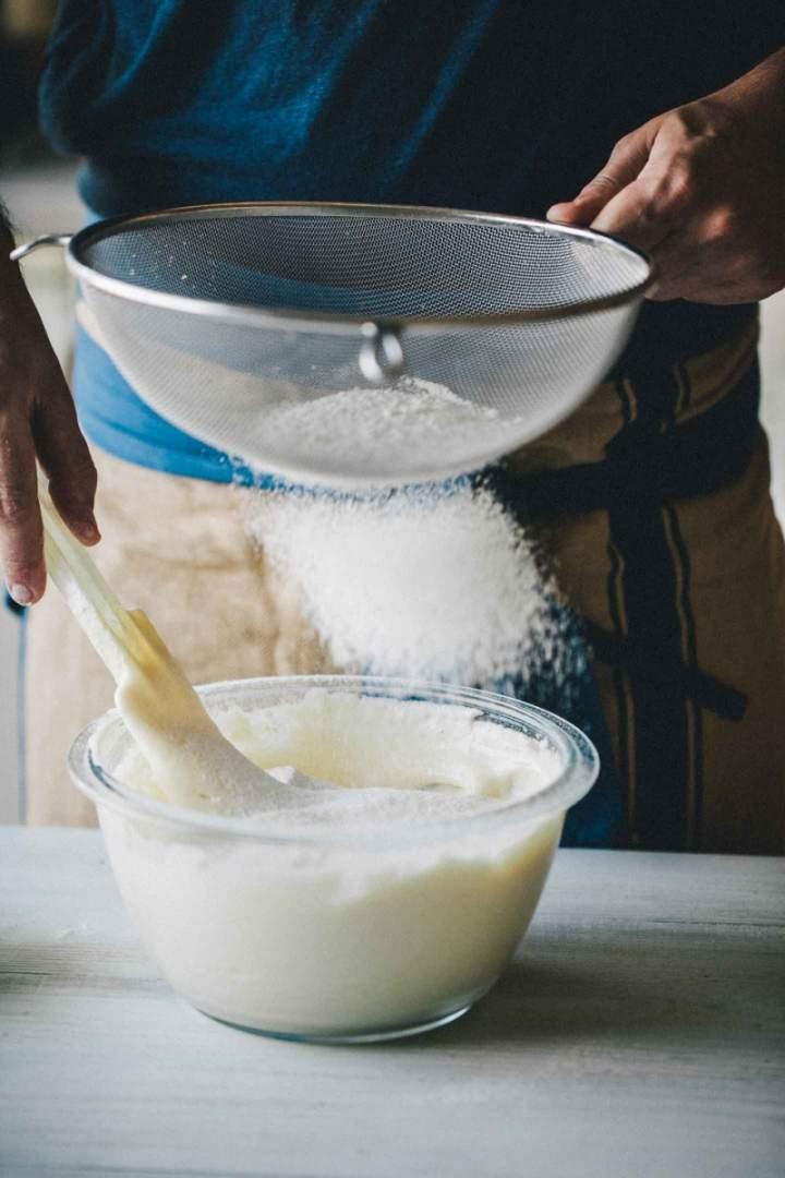 Priprava biskvita za sadno torto, presajanje moke
