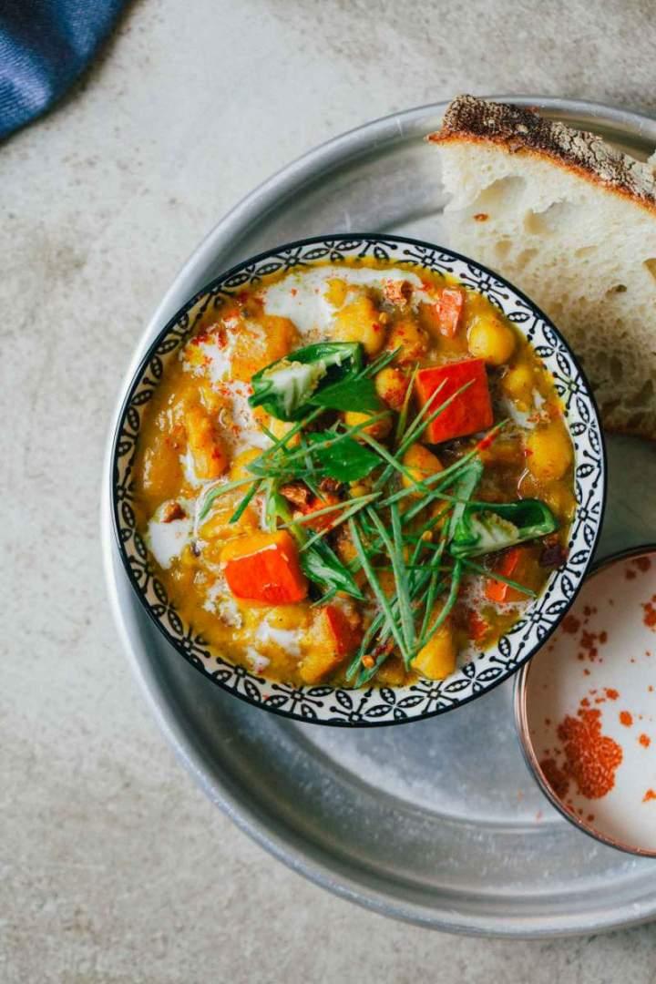 Bučni kari (curry) s čičeriko