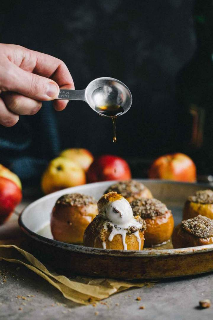 Stuffed apples with hazelnuts and vanilla ice cream and walnut crocant