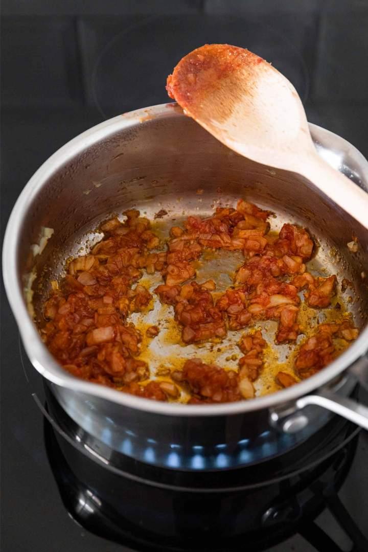 Praženje čebule za paradižnikovo juho