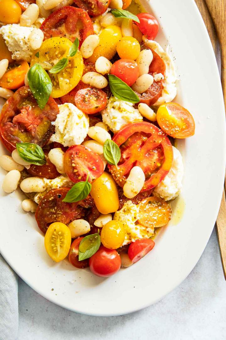 Paradižnikova solata z mozzarello in belim fižolom