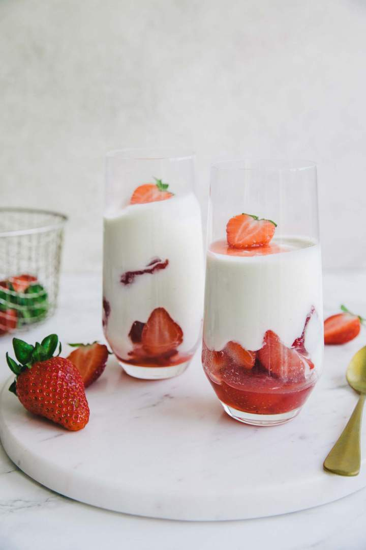 Jogurtov Mousse v kozarcu postrežen z jagodami